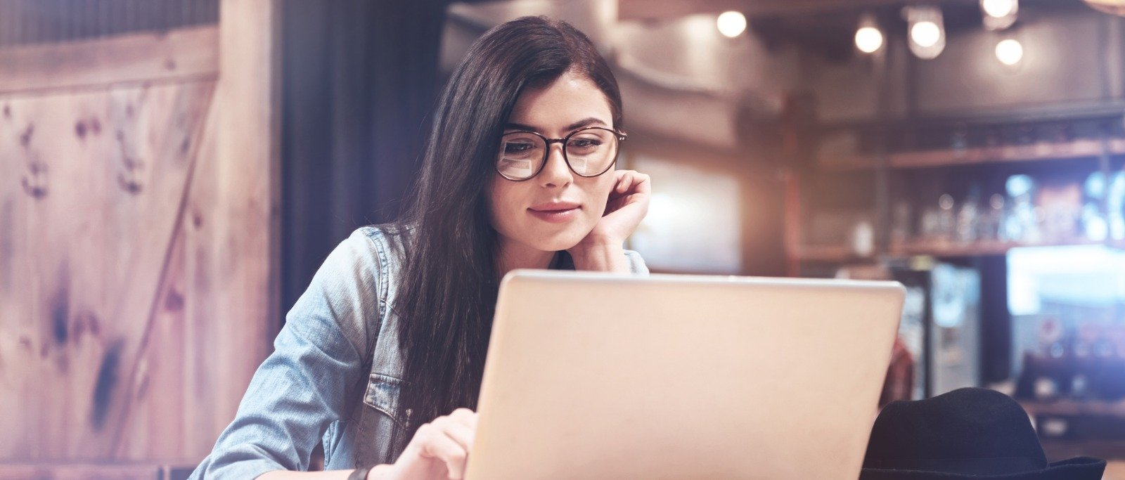 Female Generation Z employee working at a coffee shop | recruiting and hiring Gen Z employees